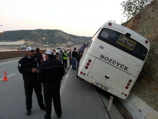 Bilecik'te içi yolcu dolu minibüs yan yattı, yolcular minibüste..