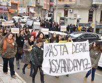 Bilecik'te Üniversiteli Kadın Kollektifleri grubu Özgecan Aslan için yürüdü