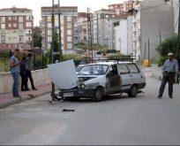 Bilecik'te yolun ortasında kalan elektrik direği kazaya sebep oldu.