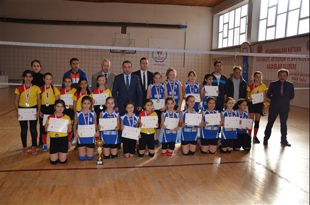 Voleybol Küçük Kızlar'da Edebali Ortaokulu Şampiyon Oldu