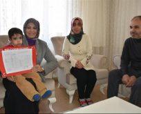Evde Eğitim Gören Öğrenci Karnesini İl Milli Eğitim Müdürünün Elinden Aldı