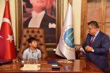 Belediye Başkanı Selim Yağcı makamında çocukları ağırladı