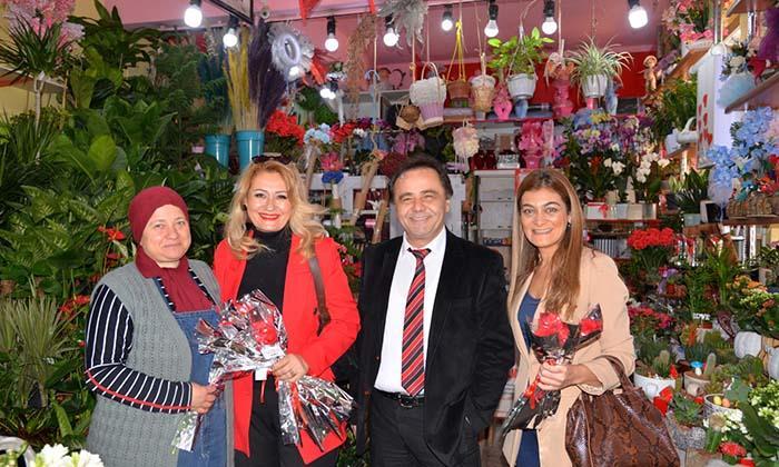 8 Mart Dünya Kadınlar Günü Dolayısıyla Başkan Şahin, Esnaf ve Kadınlara Çiçek Verdi-1