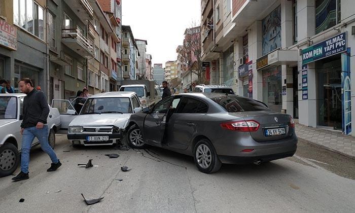 Dedeoğlu Caddesinde İki Otomobil Çarpıştı-5