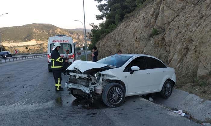 Akasyaaltı Yine Kaza. Bilecik'in Akasyaaltı mevkisinde meydana gelen kazada otomobil sürücüsü yaralandı2