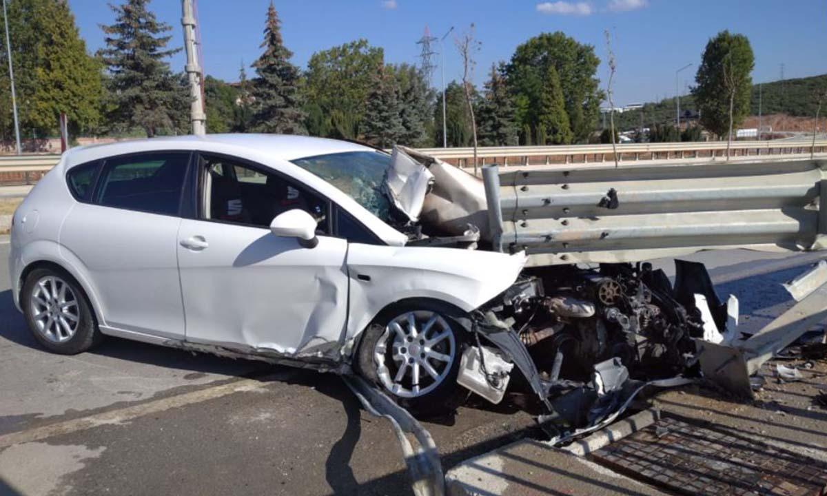 Bilecik'te Bariyerlere Saplanan Otomobil Alev Aldı-2