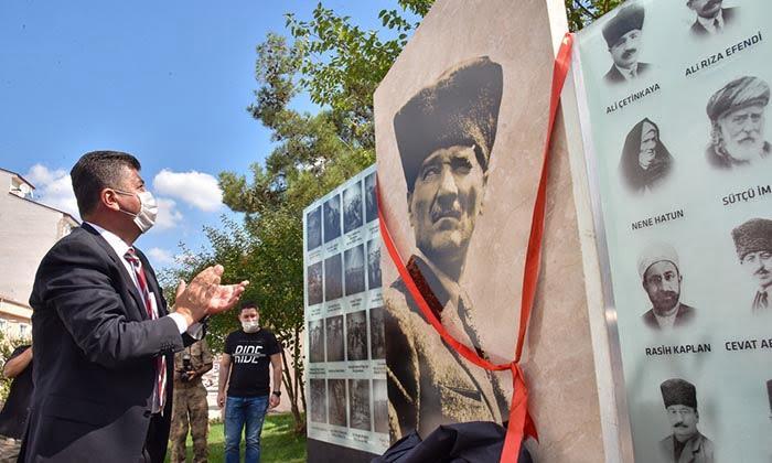 Nizamiye Girişine Atatürk Duvarı Yapıldı. Mimari çizimi ve diğer çalışmaları Bilecik Belediyesi tarafından gerçekleştirilen Jandarma Komutanlığı Nizamiye Girişi Atatürk Duvarının açılışı gerçekleştirildi-3