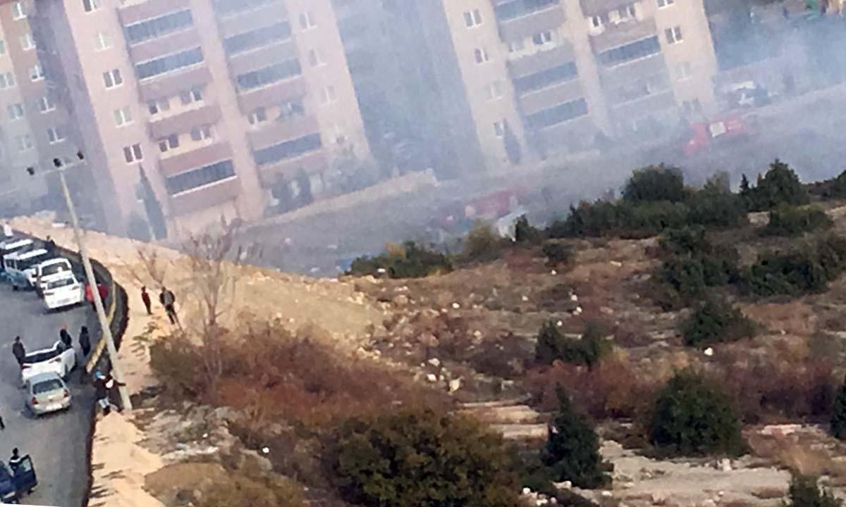 Bilecik Çalılık Alanda Yangın Nilüfer Evleri Önünde İtfaiye ekipleri