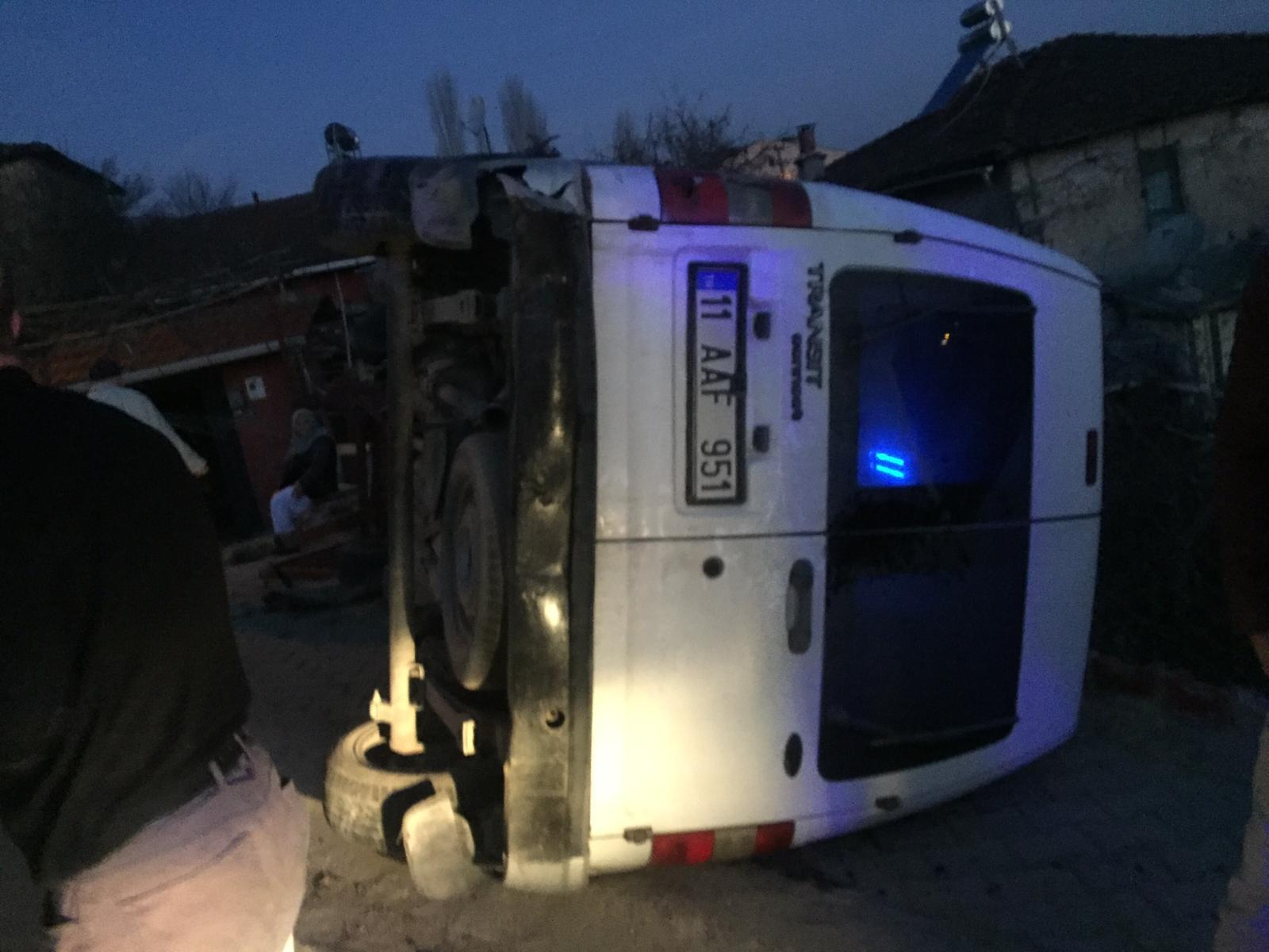 bilecikte kamyonet devrildi surucusu yaralandi (3)