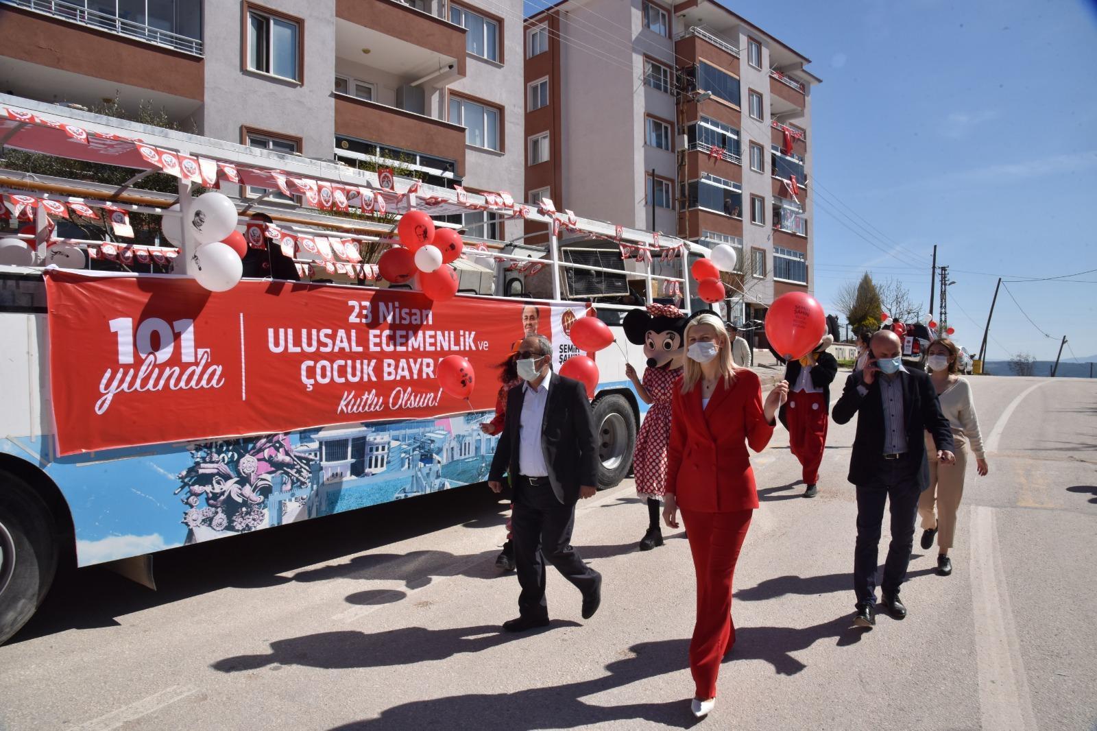 Bilecik Belediyesi tarafından 23 Nisan Ulusal Egemenlik ve Çocuk Bayramı dolayısıyla üstü açık otobüste cadde ve sokaklar gezilerek, çocukların bayram coşkusu paylaşıldı