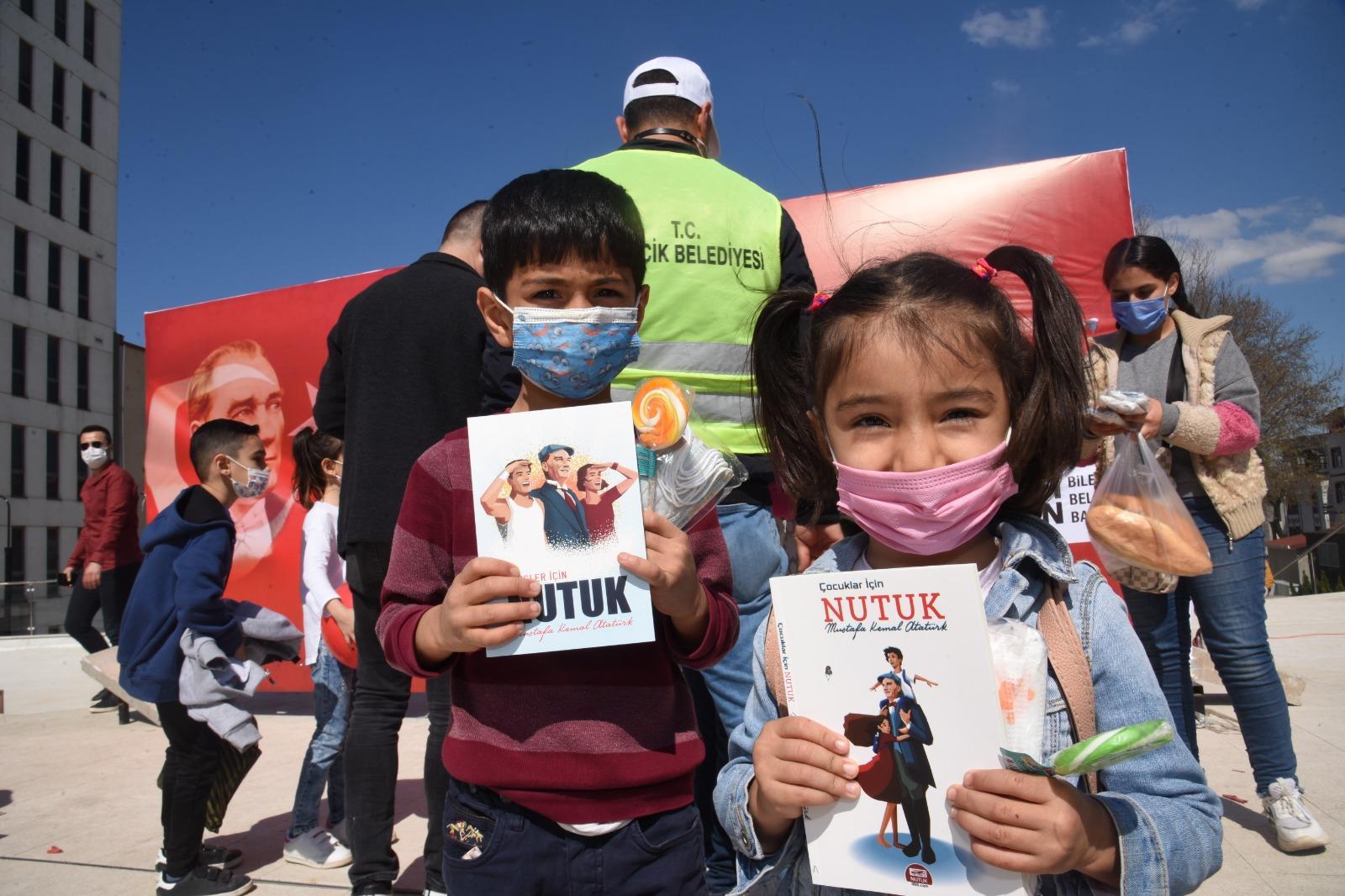 Bilecik Belediyesi 23 Nisan Ulusal Egemenlik ve Çocuk Bayramı kutlamaları kapsamında çocuklara hediyeler dağıttı