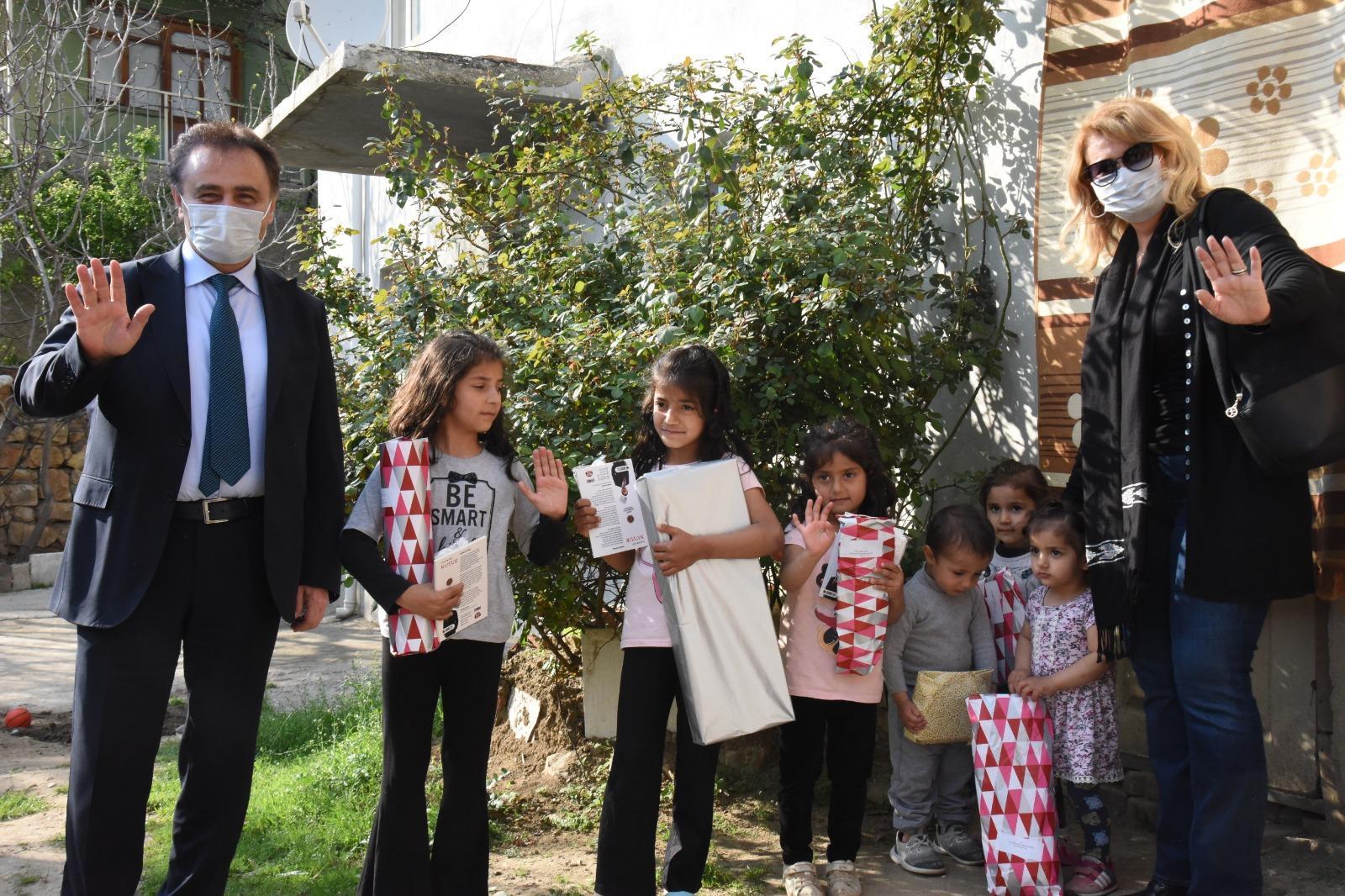 Başkan Şahin Çocukları Evlerinde Ziyaret Ederek Hediyeler Verdi