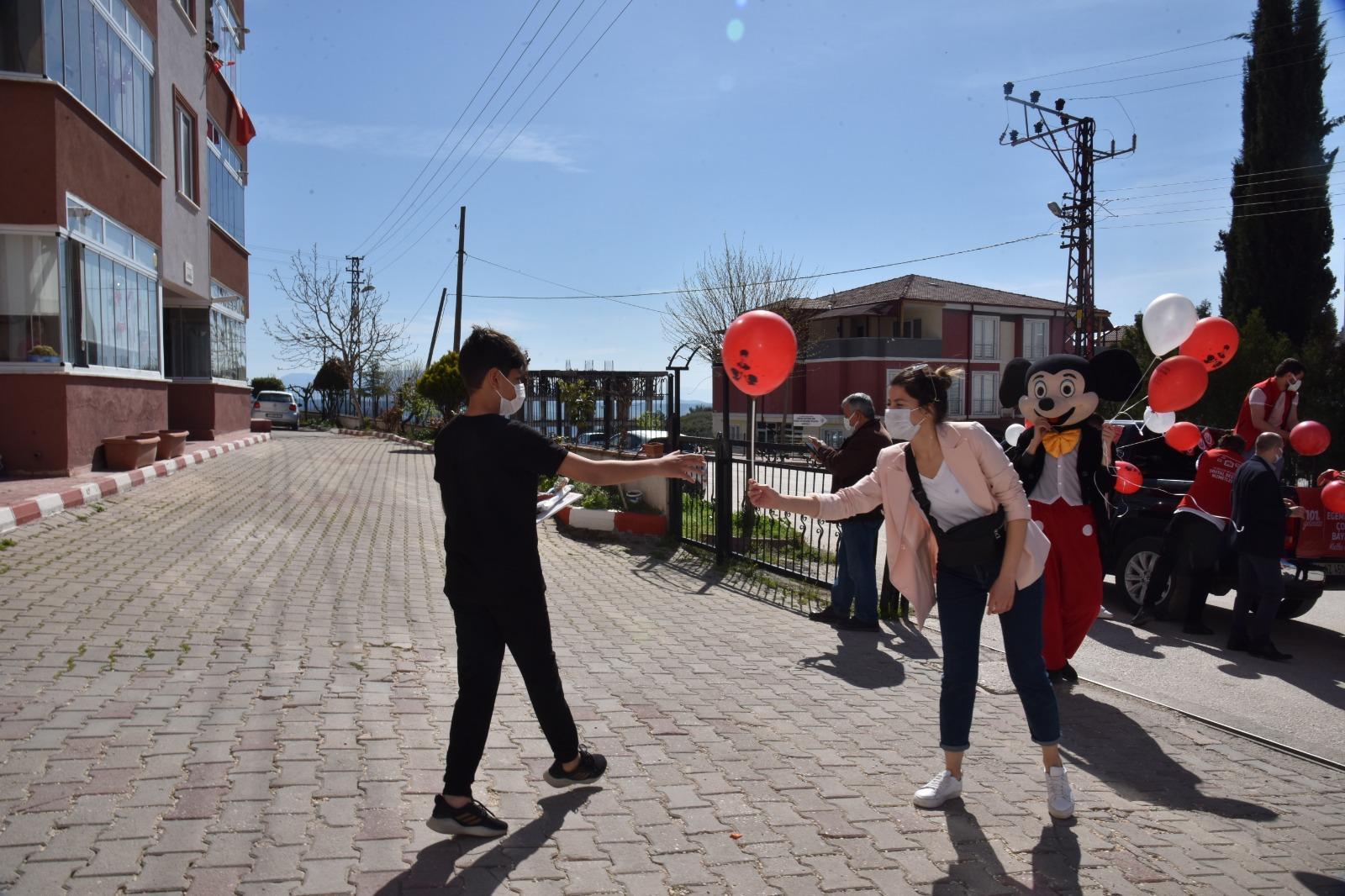 Cadde ve Sokaklar Gezilerek Çocuklara Şeker, Balon ve Renkli Maskeler Dağıtıldı
