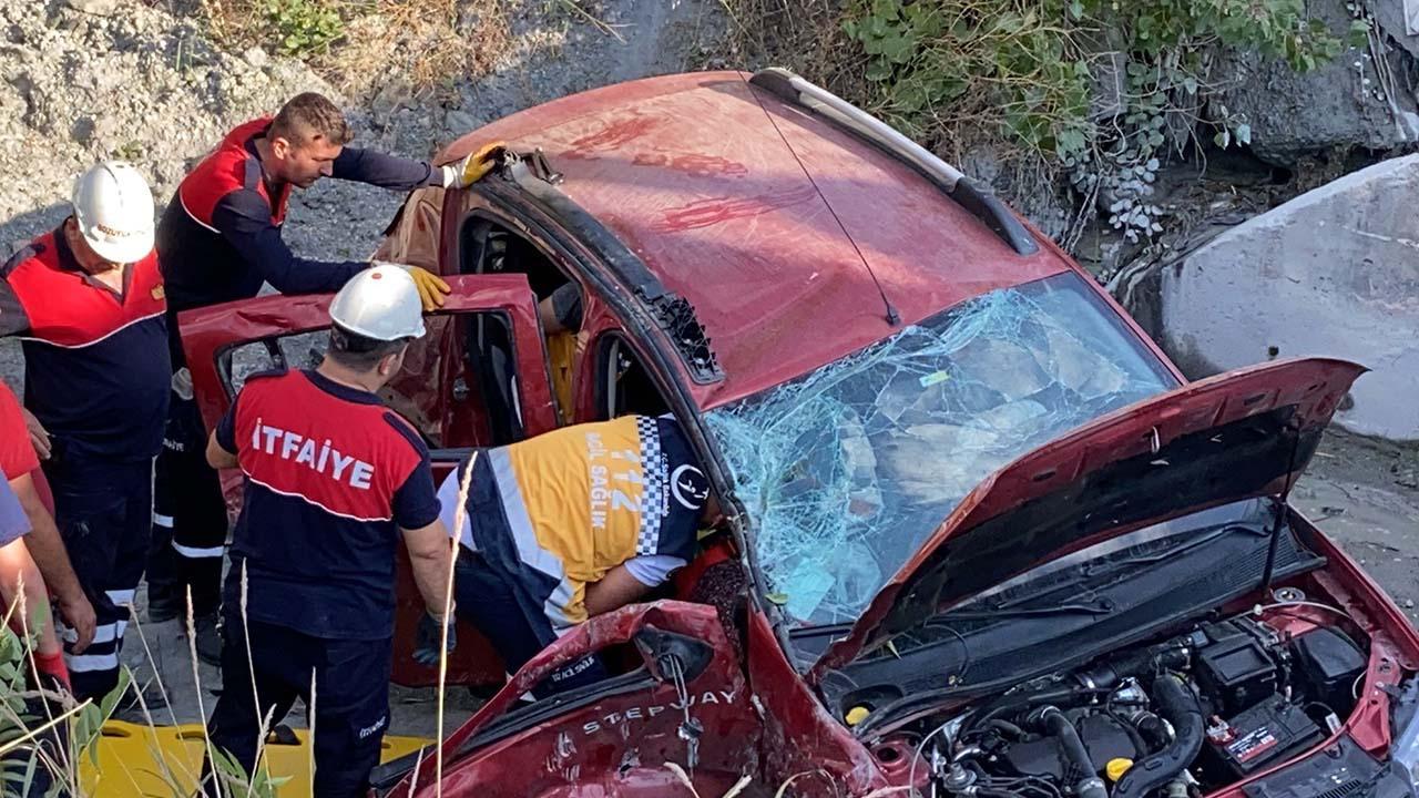 Bilecik'te Şarampole Devrilen Araçta 4 Kişi Yaralandı5